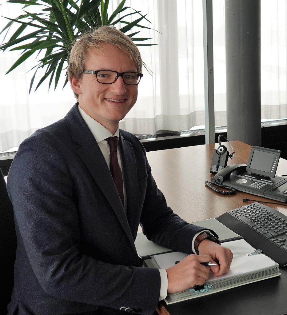 Buergermeister Sebastian Thaler am Schreibtisch